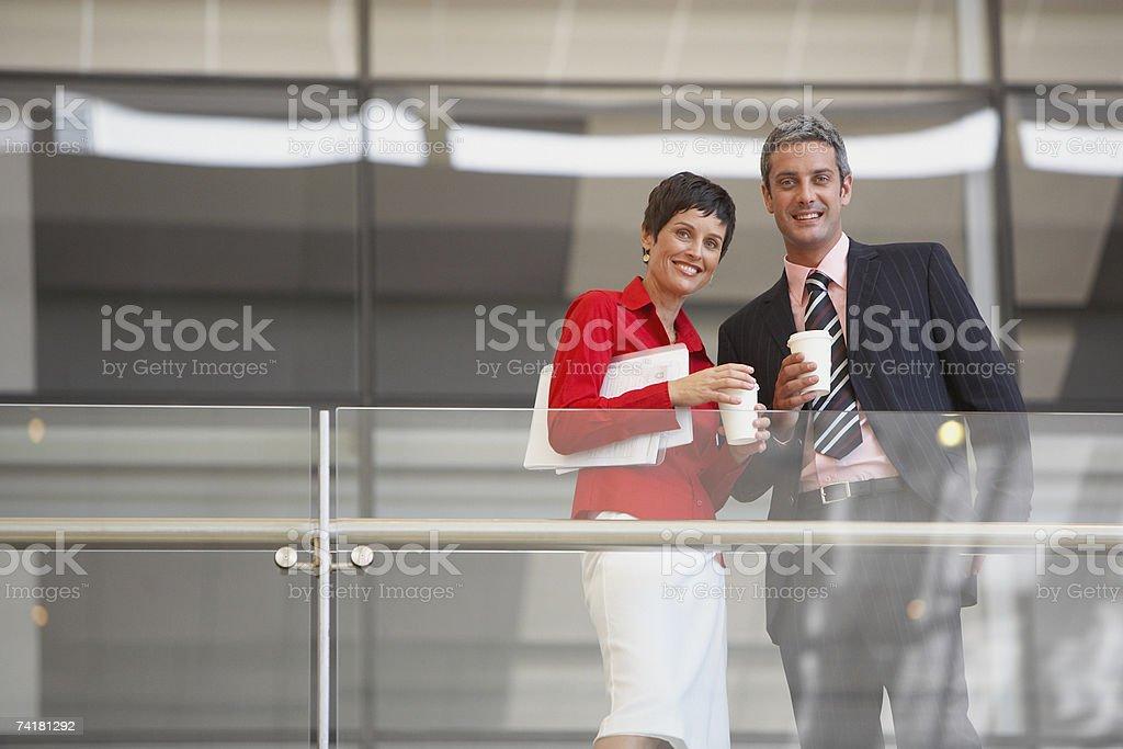 Vista de Ângulo Baixo de empresário e Mulher de negócios com documentos foto de stock royalty-free