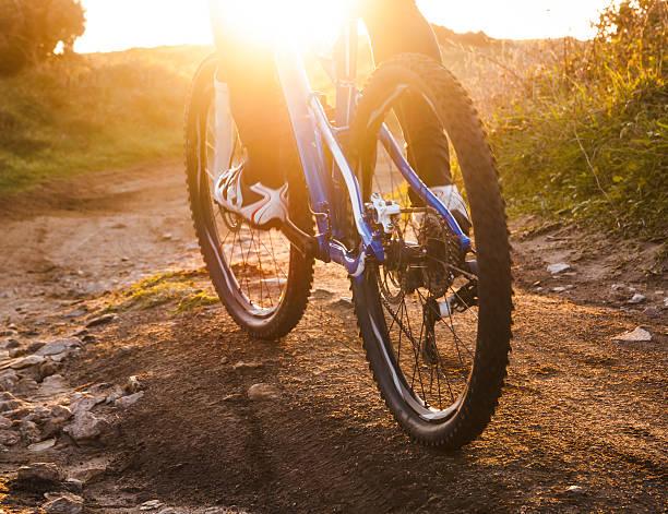 Vista de ángulo bajo de mountain bike riding mountain bike trail - foto de stock