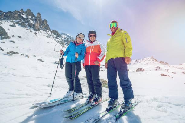 Niedrigen Winkel Ansicht der Familie auf Ski Pisten in der Schweiz, Skiurlaub 3 Personen genießen Sie Schweizer Alpen und Ferien-Konzept – Foto