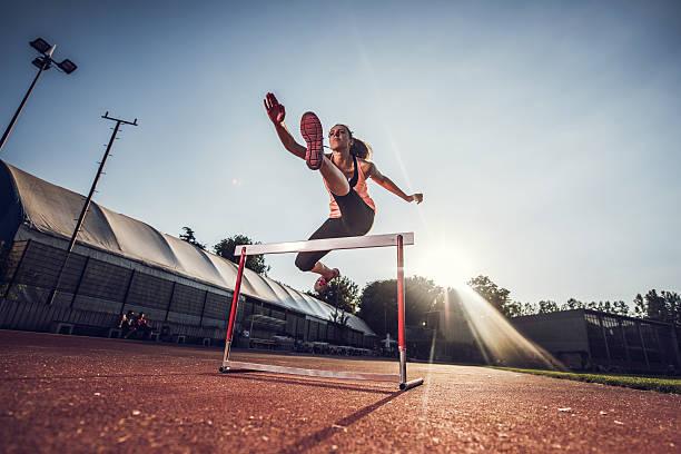 Vista de Ângulo Baixo de atletas de esportes Corrida com barreira de corrida. - foto de acervo