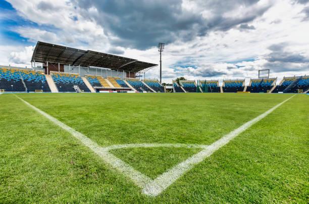 Vista de ángulo bajo del estadio de fútbol - foto de stock