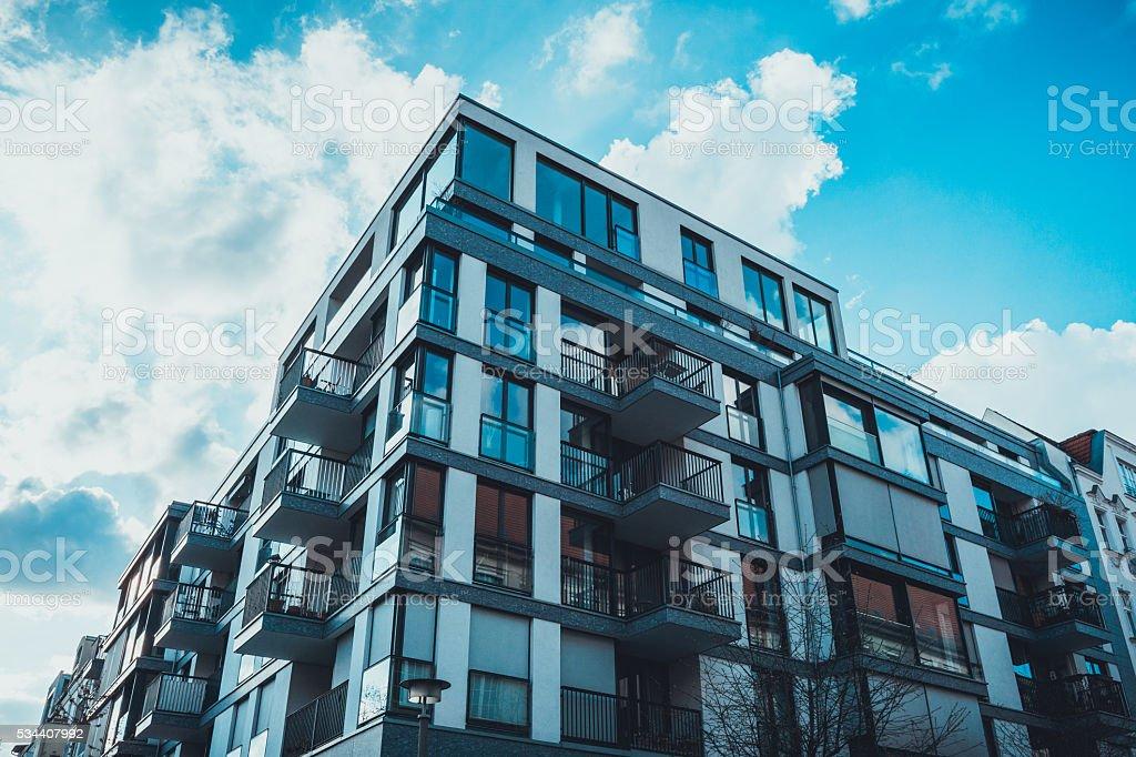 Niedrige Winkelansicht der Fenster auf wohnungen – Foto