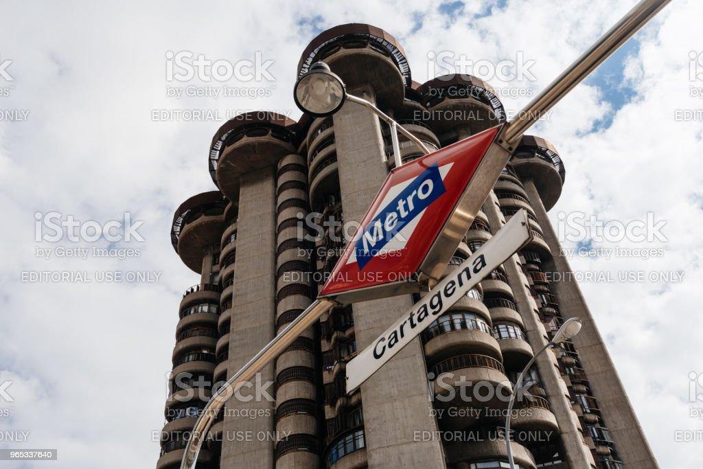 Niski widok na kultowy wieżowiec mieszkalny z lat 60-tych w Madrycie. T - Zbiór zdjęć royalty-free (Architekt)