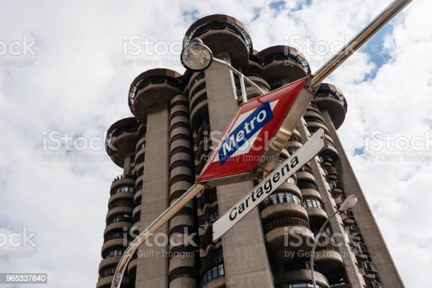 Niski Widok Na Kultowy Wieżowiec Mieszkalny Z Lat 60tych W Madrycie T - zdjęcia stockowe i więcej obrazów Architekt