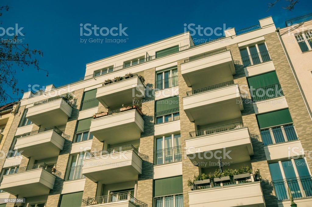 Lage hoekmening van moderne appartement huis met bruine baksteen