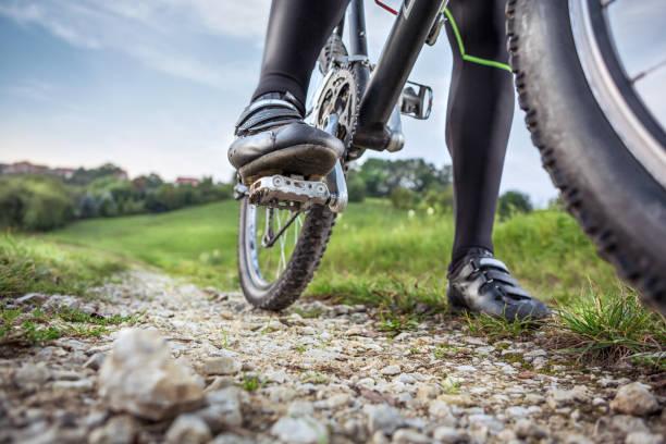 vista de ángulo bajo de la bicicleta de montaña - pedal fotografías e imágenes de stock