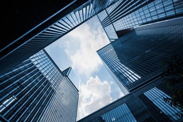 opinião de baixo ângulo dos arranha-céus na cidade de china - arranha céu - fotografias e filmes do acervo