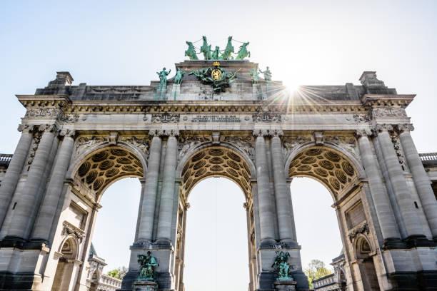 Vue à faible angle de l'arcade du cinquantenaire à Bruxelles, Belgique, contre la lumière du soleil. - Photo
