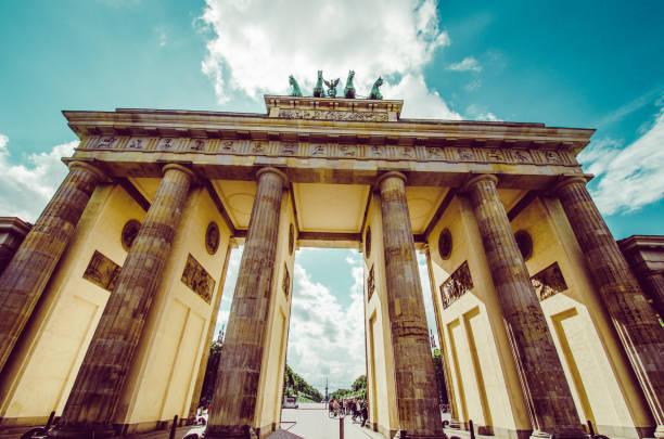ベルリンのブランデンブルク門の低角度ビュー, ドイツ - グローサーシュテルン広場 ストックフォトと画像