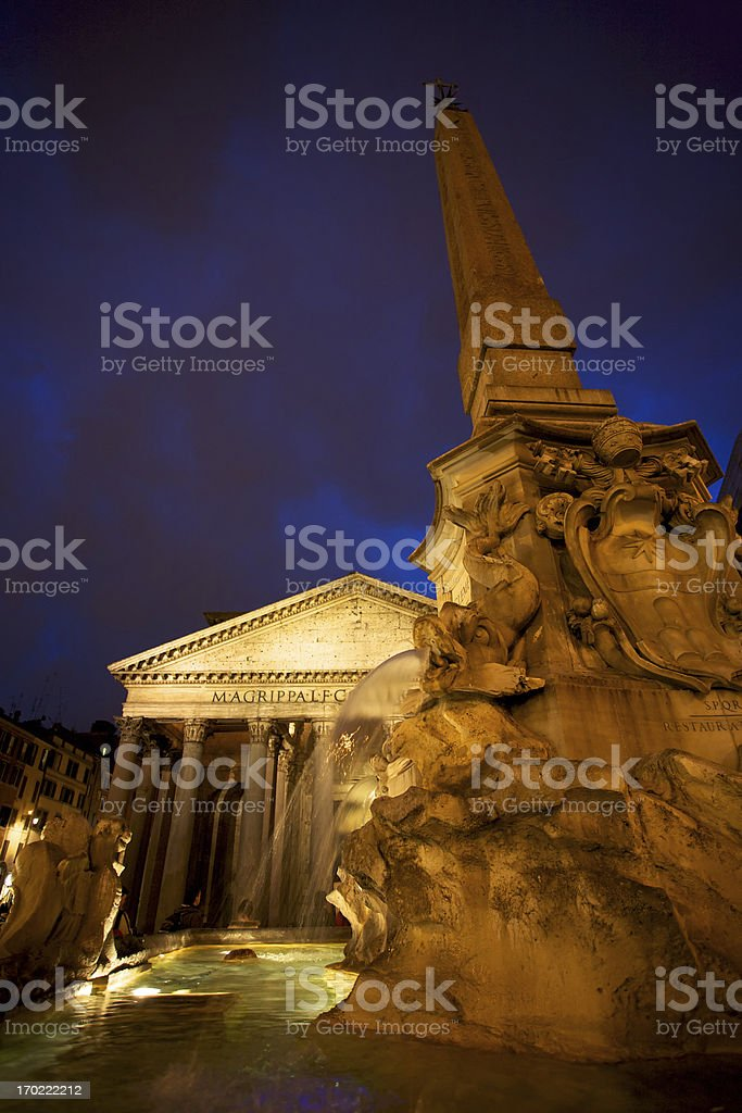 Low angle view des pantheon in Rom bei Nacht – Foto