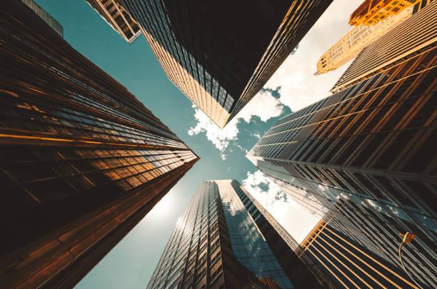 vista de ângulo baixo sobre os arranha-céus em nova york - arranha céu - fotografias e filmes do acervo