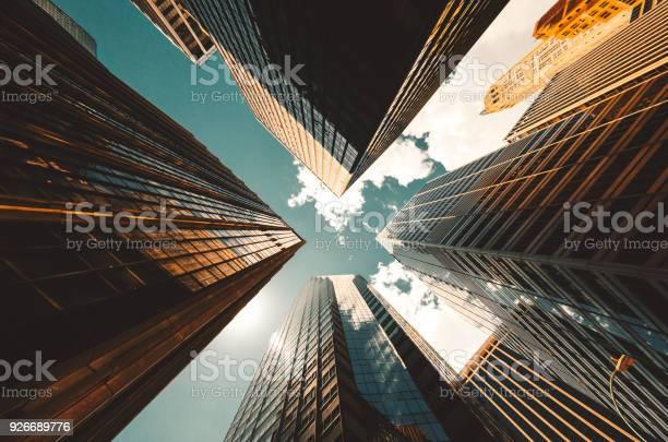 Low Angle View Of The Skyscrapers In Nyc - Fotografias de stock e mais imagens de Alto - Descrição Física