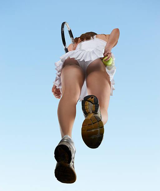 Vue depuis un angle bas de Femme jouant au tennis - Photo