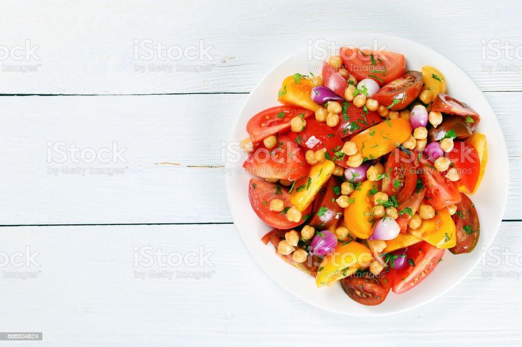 laag calorieën salade met kikkererwten, tomaten royalty free stockfoto