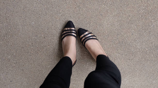 low heel schuh auf zement hintergrund, top-ansicht. - schwarze hohe schuhe stock-fotos und bilder