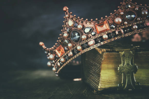 low key image of beautiful queen/king crown on old book - periodo medievale foto e immagini stock