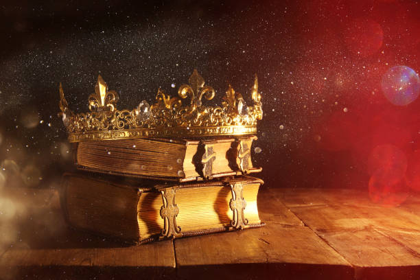 古書美しいクィーン/キング クラウンの低いキーは。フィルターのヴィンテージ。ファンタジー中世期間 - 王座 ストックフォトと画像