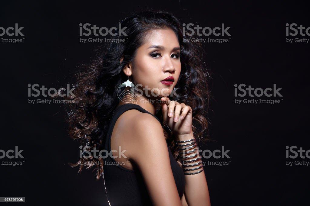 kahverengi deri Asyalı ince sağlıklı kadın siyah arka planda düşük anahtar portresi royalty-free stock photo