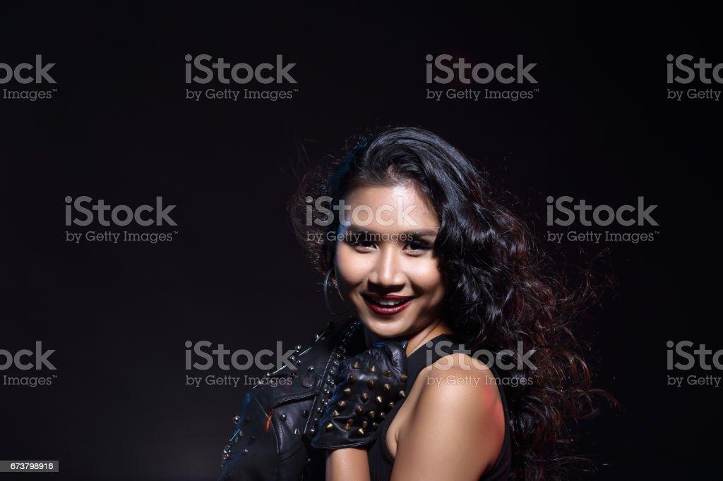 faible clé portrait de femme en bonne santé mince asiatique peau beige sur fond noir photo libre de droits