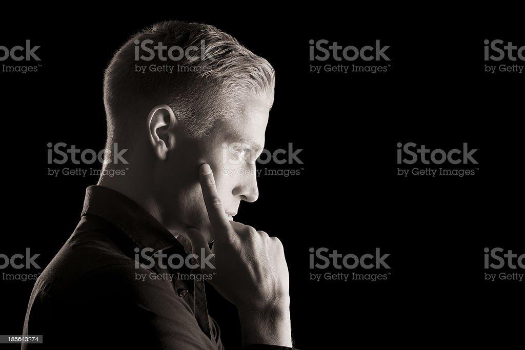 Faible clé portrait de profil de jeune homme en noir et blanc. - Photo
