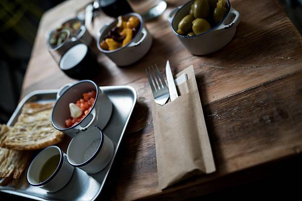 schlechten lichtverhältnissen bruschetta - kochen mit oliver stock-fotos und bilder