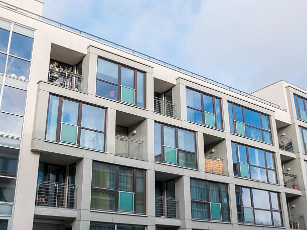 Taille basse immeuble d'appartements avec balcons - Photo