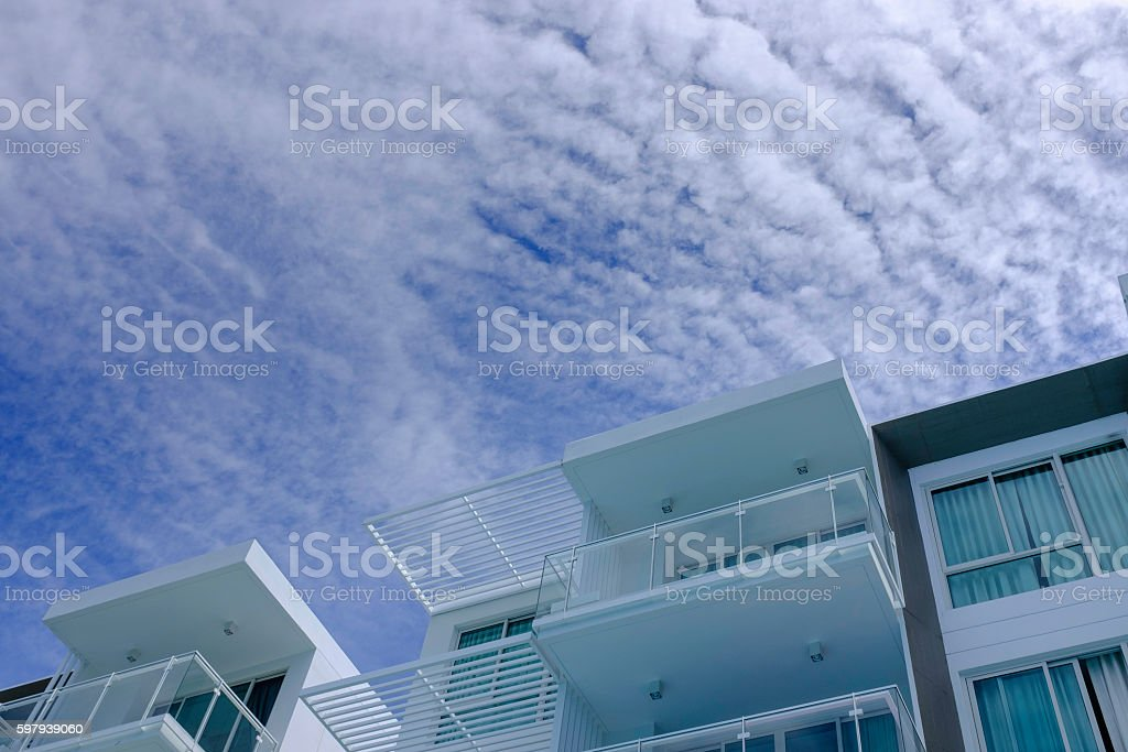 low rise modern architecture in blue cloud sky foto royalty-free