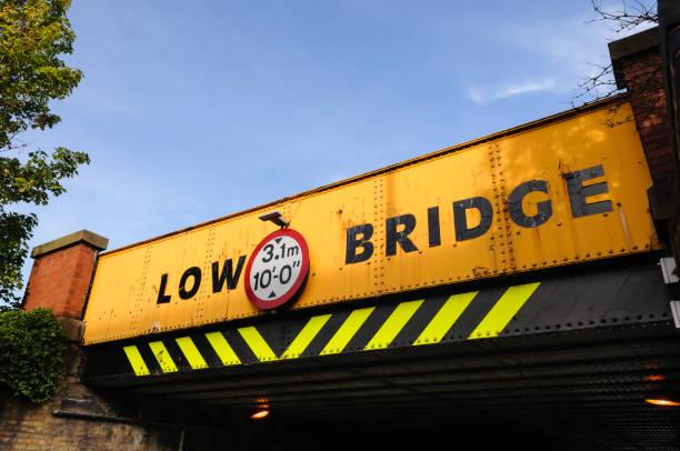 Niedrige Straßenbrücke – Foto