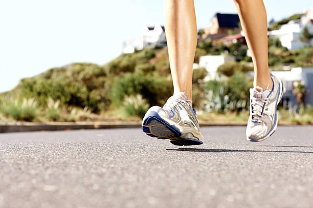 niedrige abschnitt einer frau joggen, um fit zu bleiben - bein tag routine stock-fotos und bilder