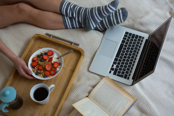 geringen teil der frau im bett zu frühstücken - schwarzer kaffee net stock-fotos und bilder