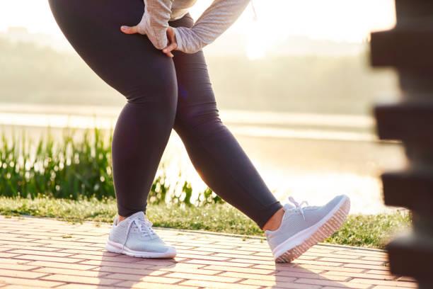 kadının bacaklarını germe düşük bölümü - alt kısım stok fotoğraflar ve resimler