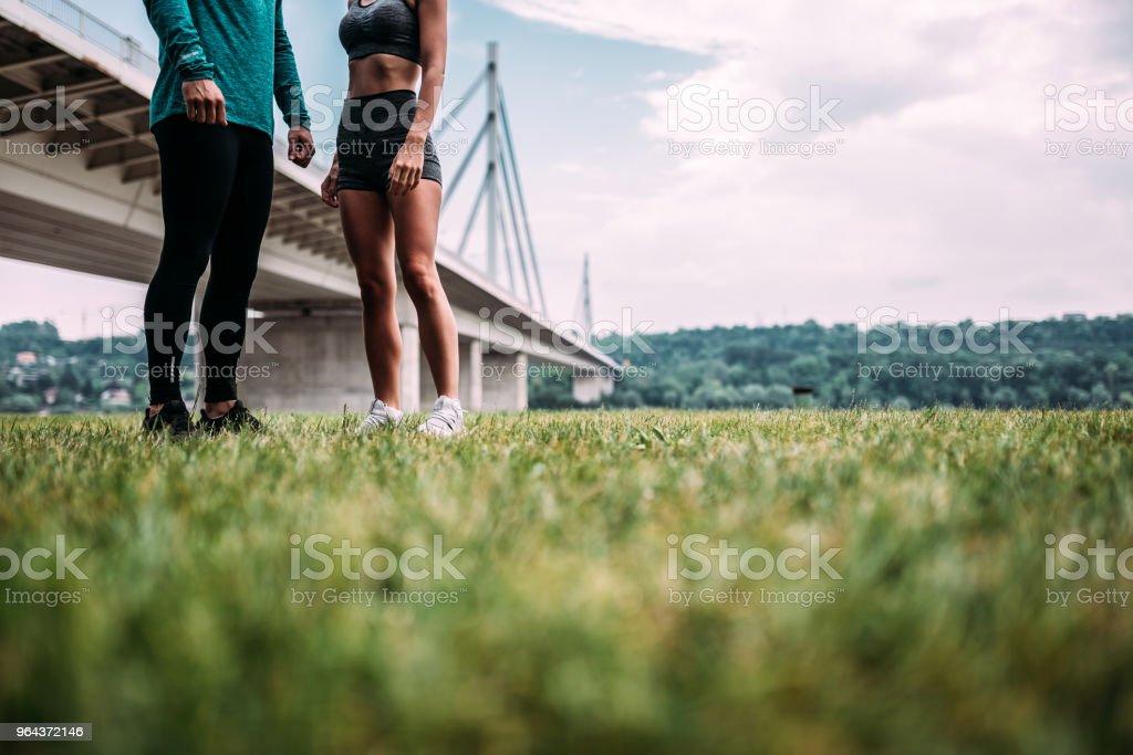 Lage sectie shot van twee jonge atleet buitenshuis. Kopieer ruimte. - Royalty-free Alleen volwassenen Stockfoto