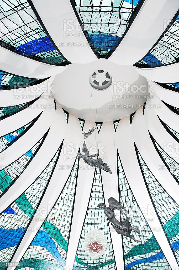 Vista de Ângulo Baixo de Brasília Interior da Catedral de teto de vidro foto royalty-free