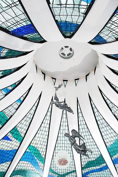 Vista de Ângulo Baixo de Brasília Interior da Catedral de teto de vidro - foto de acervo
