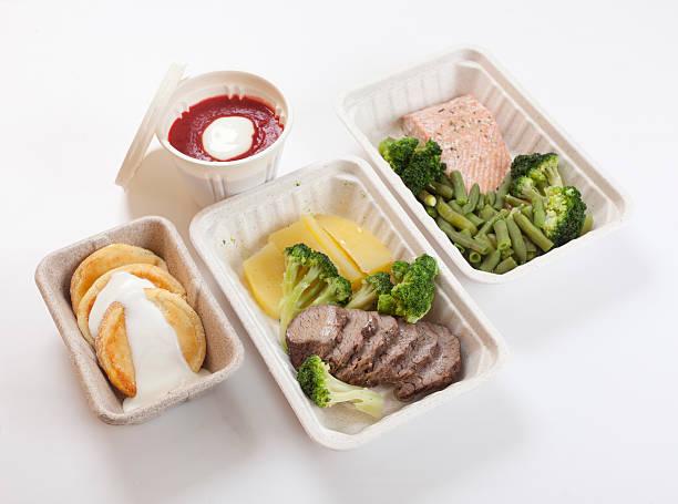 kalorienarmen tag ernährung - schnelle suppen stock-fotos und bilder
