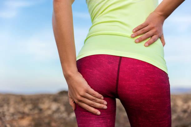 nedre delen av ryggen glute muskel kramp smärta idrottare löpare - bum bildbanksfoton och bilder