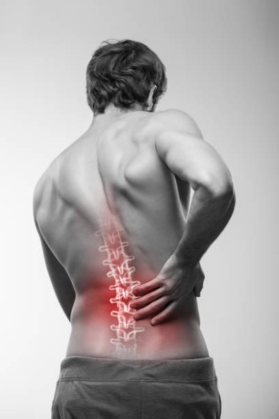 dolor de espalda baja. - espalda humana fotografías e imágenes de stock
