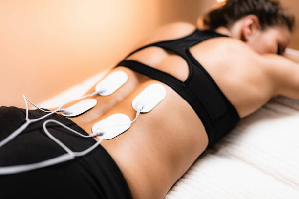 lower back physical therapy with tens electrode pads, transcutaneous electrical nerve stimulation - plecy człowieka zdjęcia i obrazy z banku zdjęć