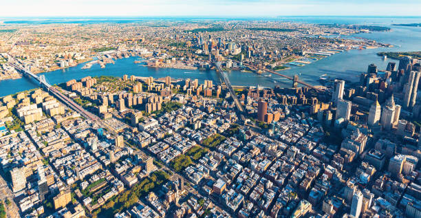Lower East Side de Manhattan com Brooklyn no fundo - foto de acervo