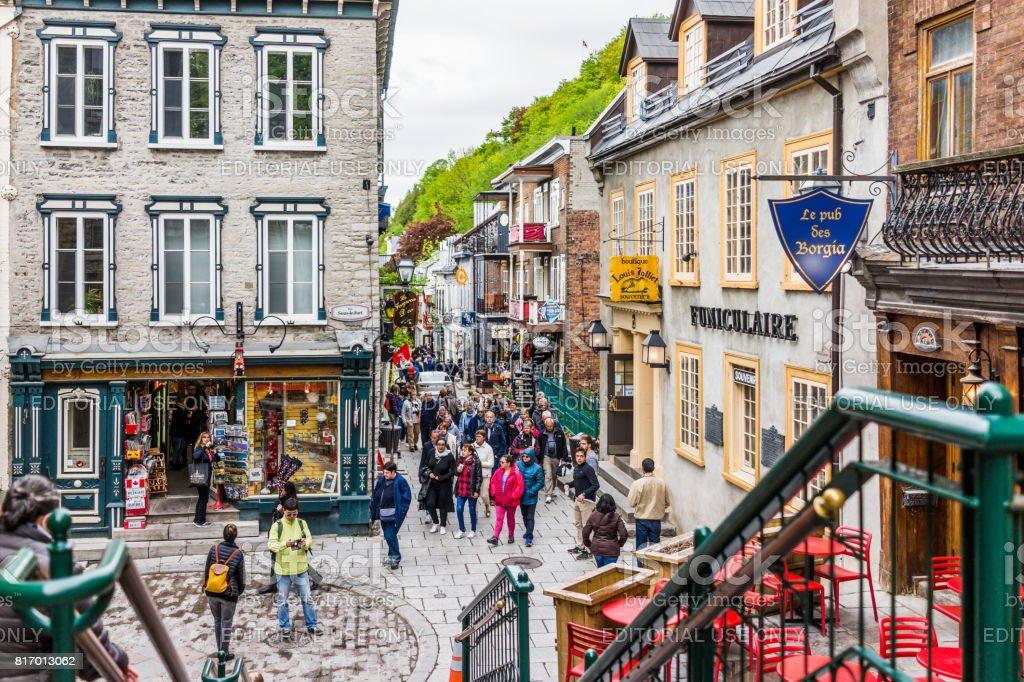 Baixa da cidade velha rua chamado Rue du Petit Champlain com sinal de Funiculaire e pessoas turistas por restaurantes - foto de acervo