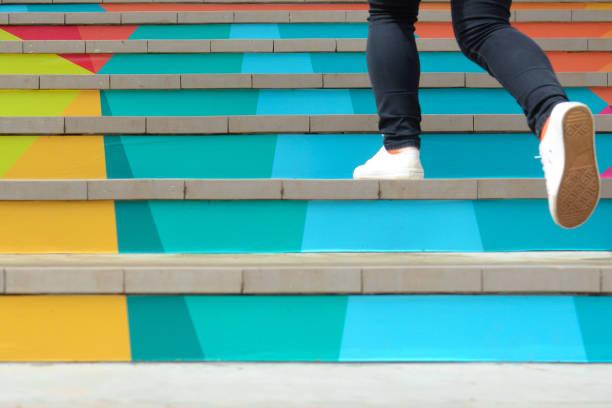 unterer teil der teenager-mädchen in casual-schuh gehen bis zum freien bunte treppe, teenager-lifestyle erfolgreichen konzept - treppe stock-fotos und bilder
