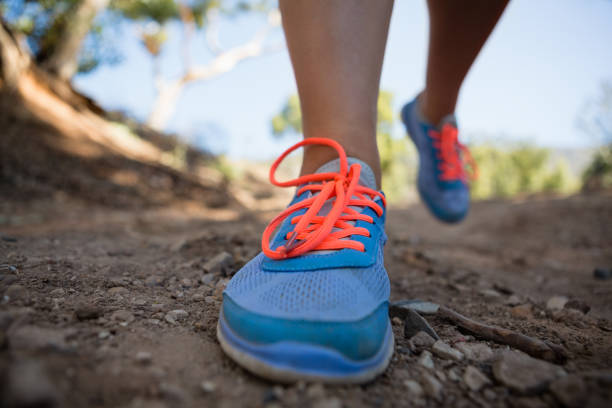 low-bereich der frau joggen im boot camp - damenschuhe 44 stock-fotos und bilder