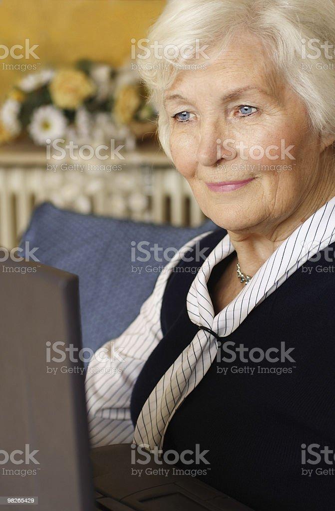 Ältere Frau am Laptop royalty-free stock photo