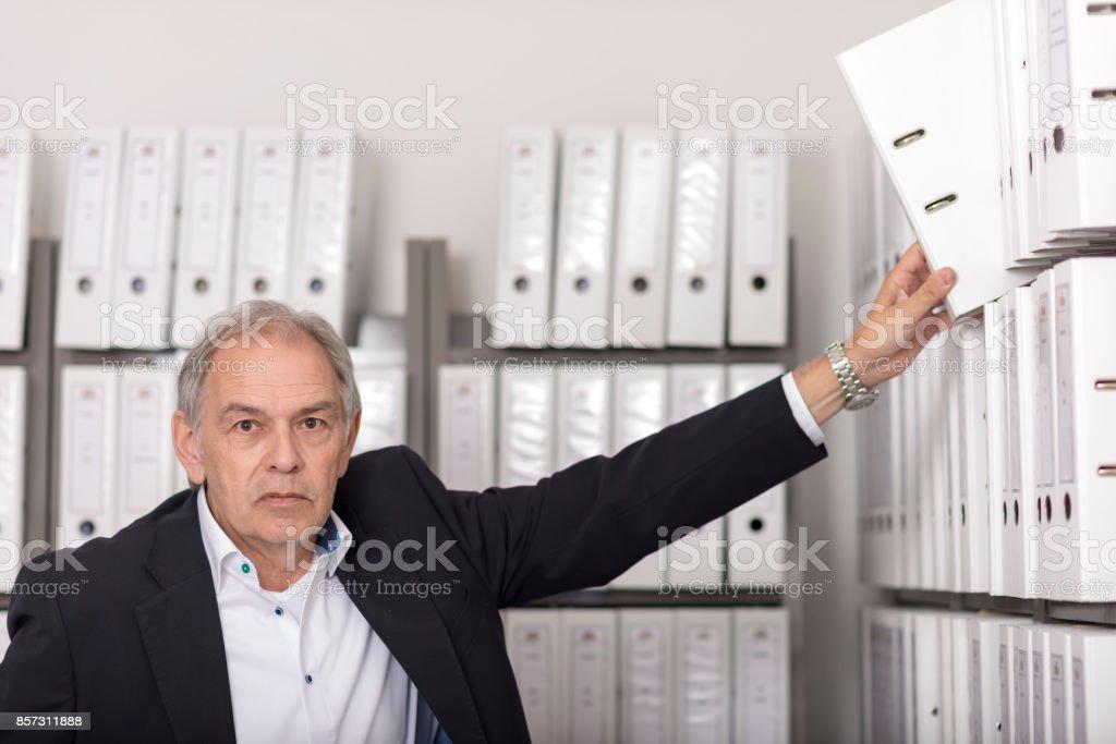Älterer Mann Mit Weißem Hemd Stellt Einen Dokumenten Ordner in Ein Regal – Foto