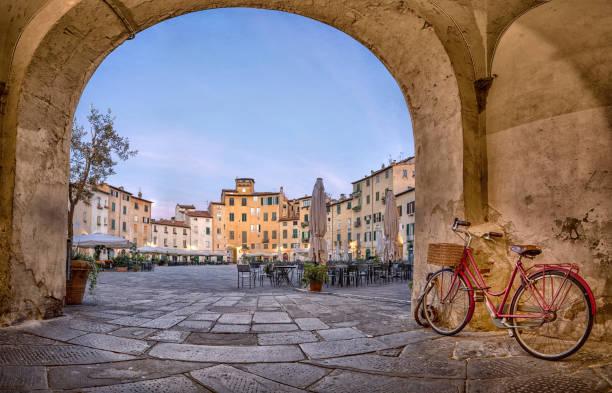 lucca, italië. uitzicht op piazza dell'anfiteatro vierkante - italie stockfoto's en -beelden