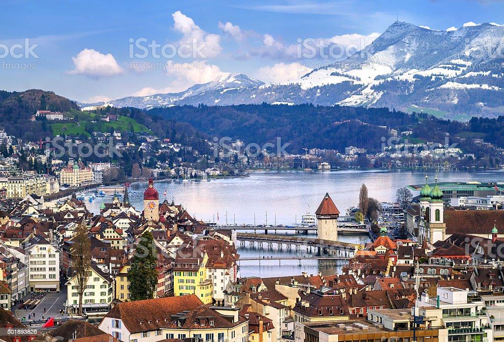Luzern, Schweiz, Blick auf die Altstadt und Alpen Berge Lizenzfreies stock-foto