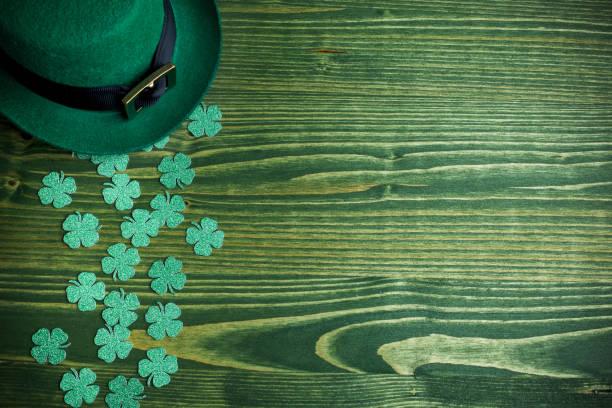 Glücklich grüner Hut für st. Patricks Tag auf grünem Holz – Foto