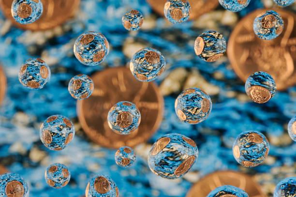 lucky pennies fallen in den wunschbrunnen, abstrakte - indoor wasserbrunnen stock-fotos und bilder