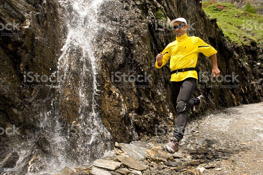 Läufer mit Wasserfall royalty-free stock photo