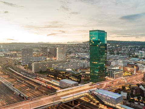 Die Luftaufnahme zeigt die Hardbrücke von oben. Produziert mit der DJI Phantom 4 Pro. Schöne Abendsonne urbane Umgebung.